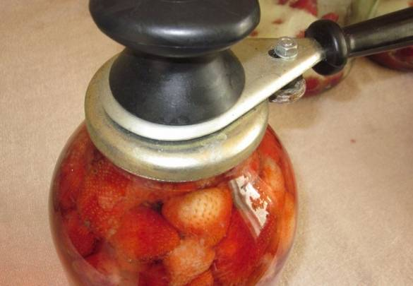 Заливаем ягоды до верху кипятком и закатываем крышками. Встряхиваем каждую банку.