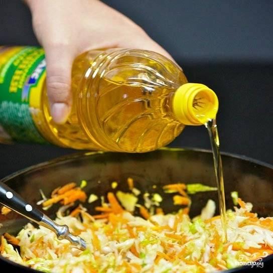 Собственно, остается только заправить салат подсолнечным маслом.