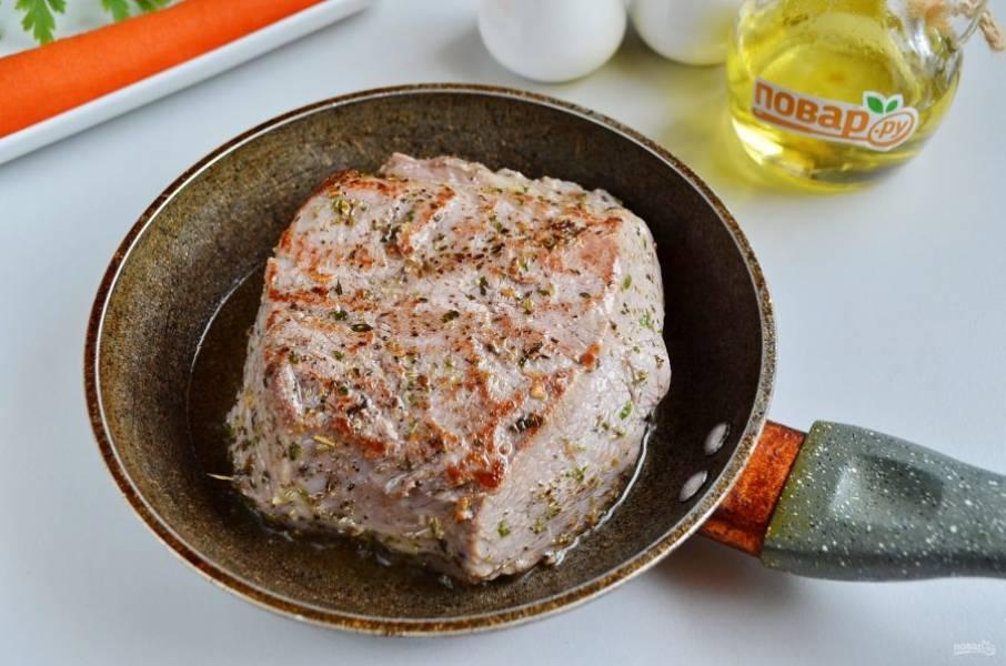 2. Натрите мясо солью, молотым перцем и специями, дайте минут 10 отдохнуть. Разогрейте растительное масло, обжарьте мясо на среднем огне без крышки с двух сторон, пока не образуется корочка. Это нужно для того, чтобы сохранить сок внутри мясного кусочка.