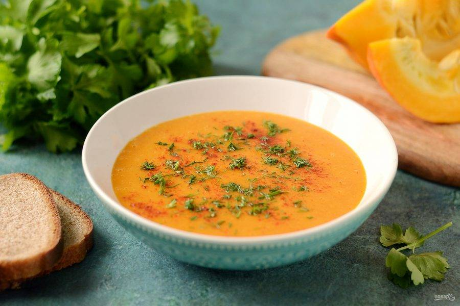 Тыквенно-чечевичный суп пюре готов, перед подачей посыпьте его зеленью и копченой паприкой. Приятного аппетита!