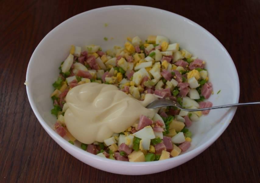 Заправьте салат майонезом. Добавьте соль и перец по вкусу. Перемешайте.