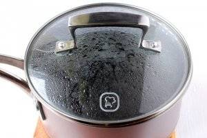 4. Заливаем мак водой и ставим на огонь. Доводим до кипения и варим около 5 минут. После этого  процеживаем его через дуршлаг.