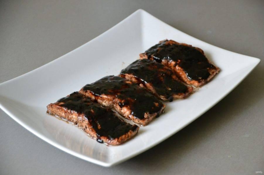 Полейте теплой бальзамической глазурью кусочки обжаренной рыбы.