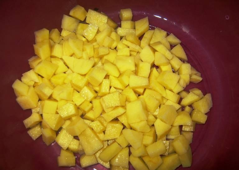 Картофель порежьте кубиками.