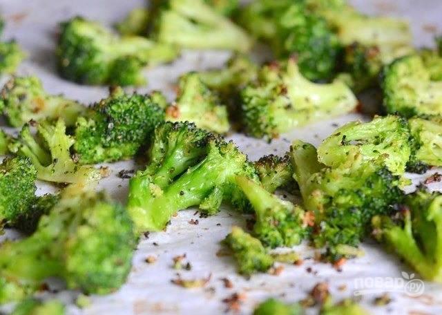 4.Запекайте брокколи в разогретой до 200 градусов духовке 20 минут.