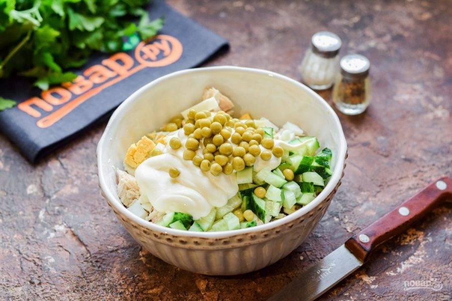 Заправьте салат майонезом, добавьте горошек, соль и перец. Перемешайте и подавайте к столу.