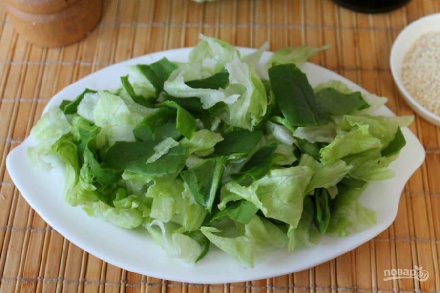 """Салат """"Айсберг"""" и листья шпината разделяем на части и выкладываем на плоскую тарелку."""