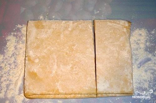 Достаем тесто из морозилки, пусть разморозится. Затем поделим тесто на 2 неравных части. Одна часть - 2/3 от куска теста.