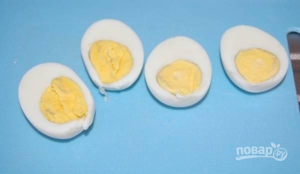 2.Разрежьте яйца вдоль пополам.