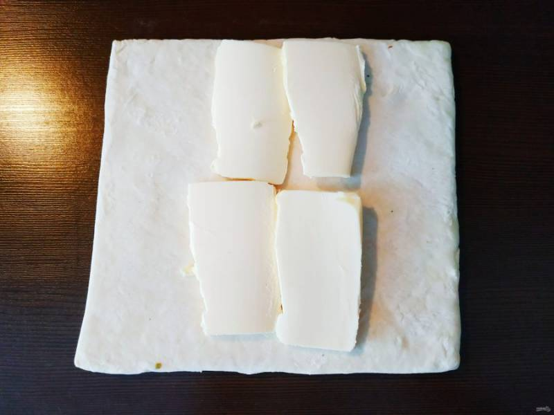 После того, как тесто отлежится, выложите масло комнатной температуры по центру, заверните края и раскатайте.