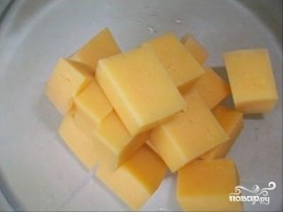 Твердый сыр нарезаем кубиками.