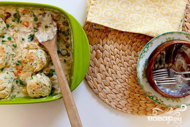 4. Выложить смесь в форму для выпечки. Достать тесто из холодильника и выложить поверх начинки. Полить верхушку жирными сливками, пахтой или взбитым яйцом. Запекать в течение 20-23 минут, до золотистой корочки. Убрать из духовки и дать немного остыть перед подачей. Чтобы разогреть блюдо, нагрейте духовку до температуры 150 градусов. Накрыть форму фольгой и запекать около 15 минут. Блюдо может храниться накрытым в холодильнике до 4 дней.
