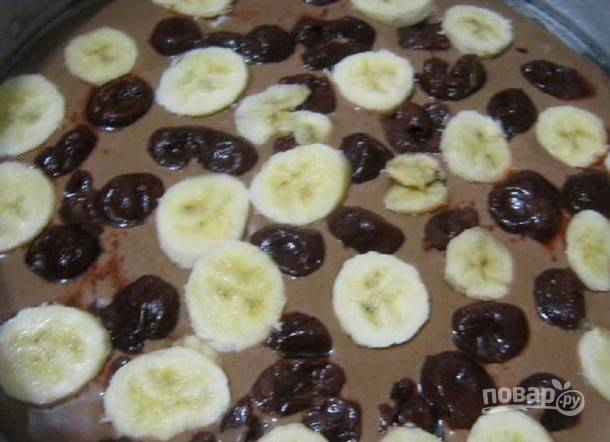 На первый слой выложите вишню и банан кружками. Сверху влейте оставшееся тесто.