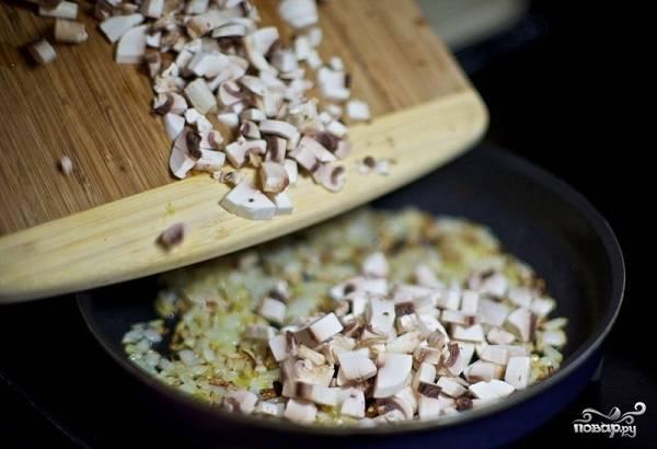 2. Тем временем мелко нарежьте вымытые и обсушенные грибочки. Добавьте к луку и жарьте на среднем огне до готовности. Посолите и поперчите в процессе по вкусу.