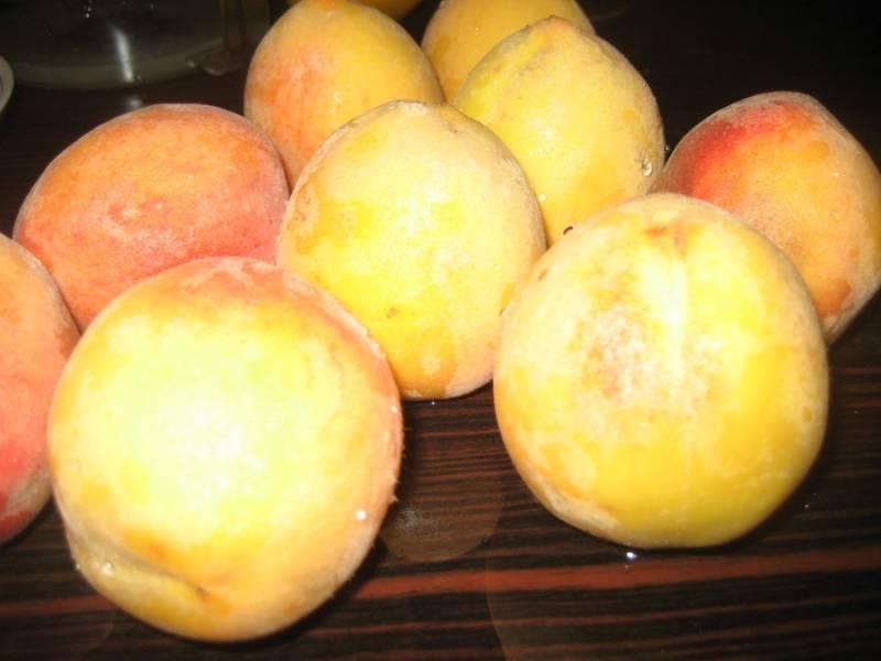 Для начала избавьте персики от кожи. Для этого положите персики на 30 секунд в кипяток, кожа должна легко сойти.