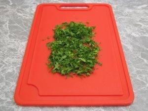 Зелень петрушки хорошо промываем и мелко нашинковываем.