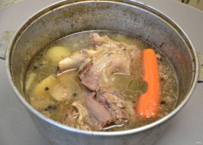 Через 6 часов варки количество бульона должно уменьшиться наполовину, мясо должно развариться и хорошо отходить от кости. Можно приступать к разделке.