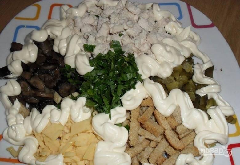 2.Салат щедро поливаю майонезом, добавляю соль и черный молотый перец, перемешиваю и оставляю на 5 минут.