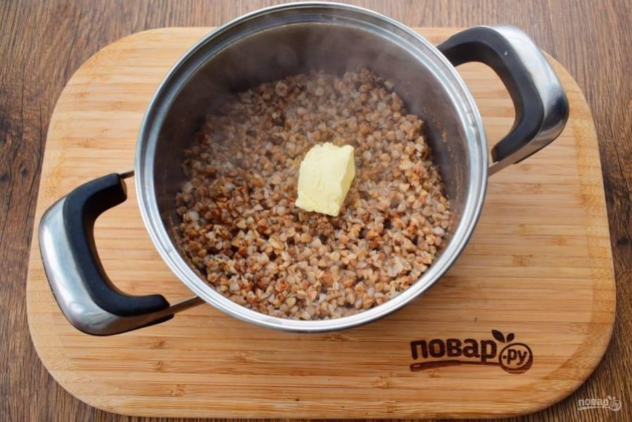 В готовую гречку добавьте сливочное масло, перемешайте.