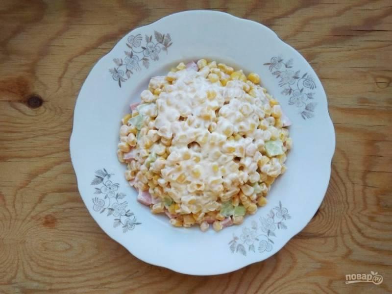 4. Потом следующим слоем выложите кукурузу, смазав её майонезом.
