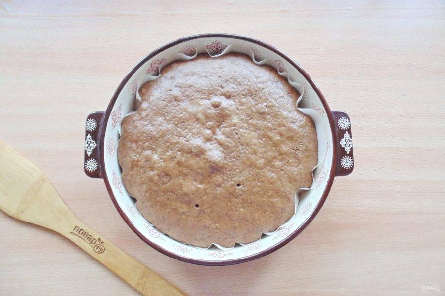 Пеките коричневый корж в духовке при температуре 175-180 градусов 25-30 минут.
