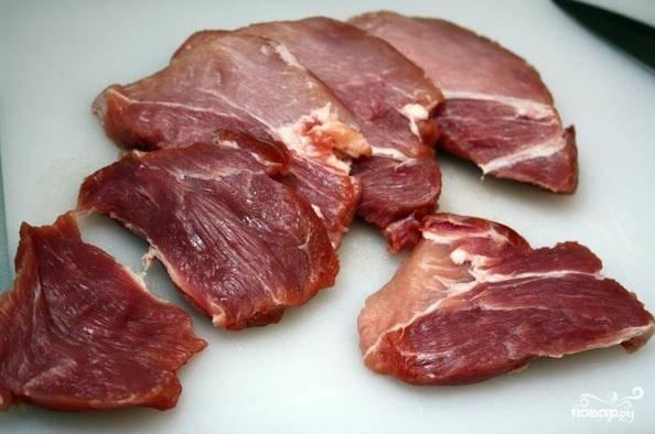 1. Нарезать свинину на кусочки поперек волокон толщиной 1,5 см. Если мясо твердое, можно его слегка отбить. Каждый кусочек нарезать на полоски толщиной  1,5 см.