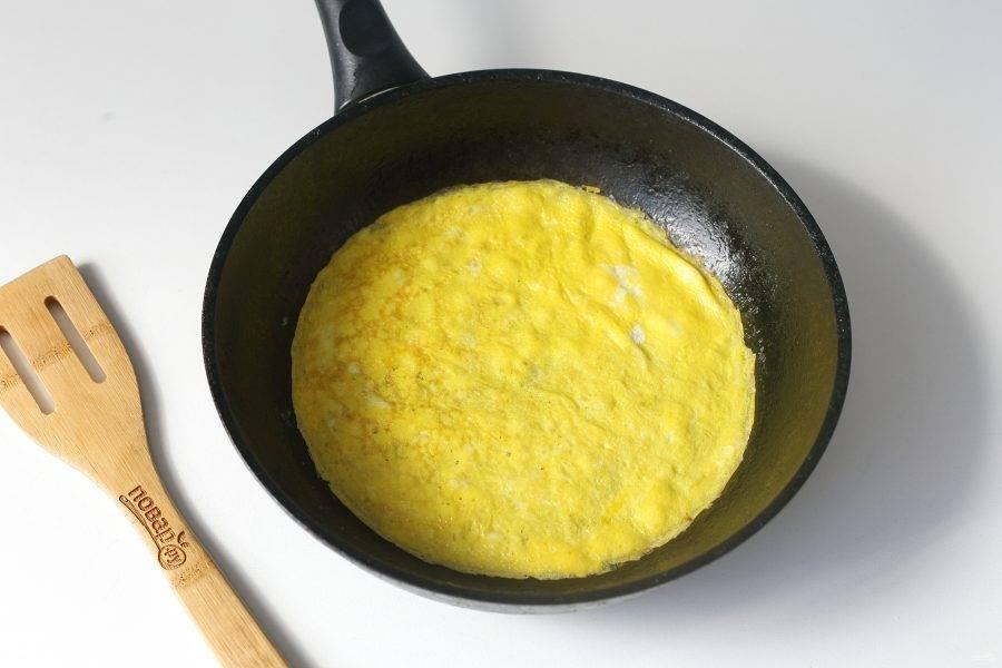 Испеките из яичной массы блинчик. Таким же образом испеките второй блин.