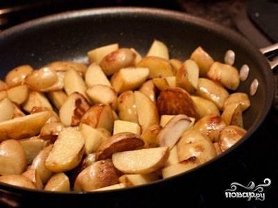 И уже почти на совсем сухой сковороде слегка подрумянить очищенный и нарезанный дольками картофель. Разложить по горшочкам поверх лука.