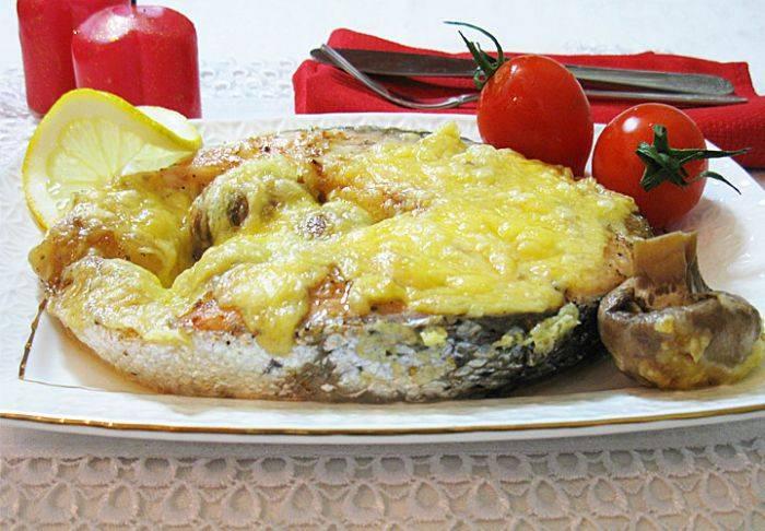 Посыпаем рыбу сыром - и в духовку. Выпекаем 20-25 минут (в зависимости от толщины стейка) при 190 градусах. Приятного аппетита! :Р