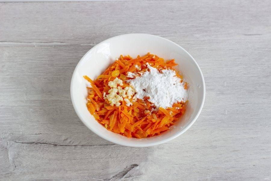 На растительном масле обжарьте лук и морковь до мягкости. Остудите, добавьте чеснок, перец и 15 г крахмала.