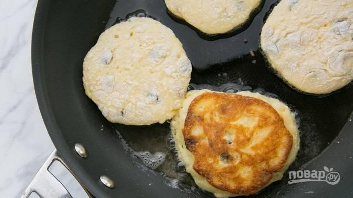 8.Разогрейте сковороду с растительным маслом, а затем выложите творожники. Обжаривайте каждый с двух сторон до румяного цвета.