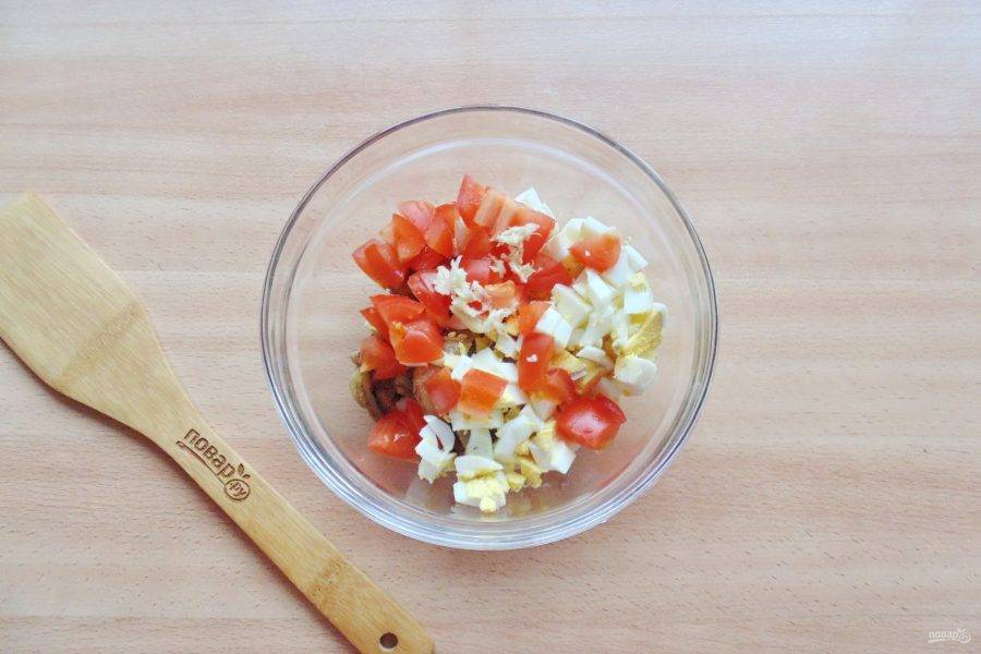Чеснок очистите, помойте, измельчите, добавьте в закуску.