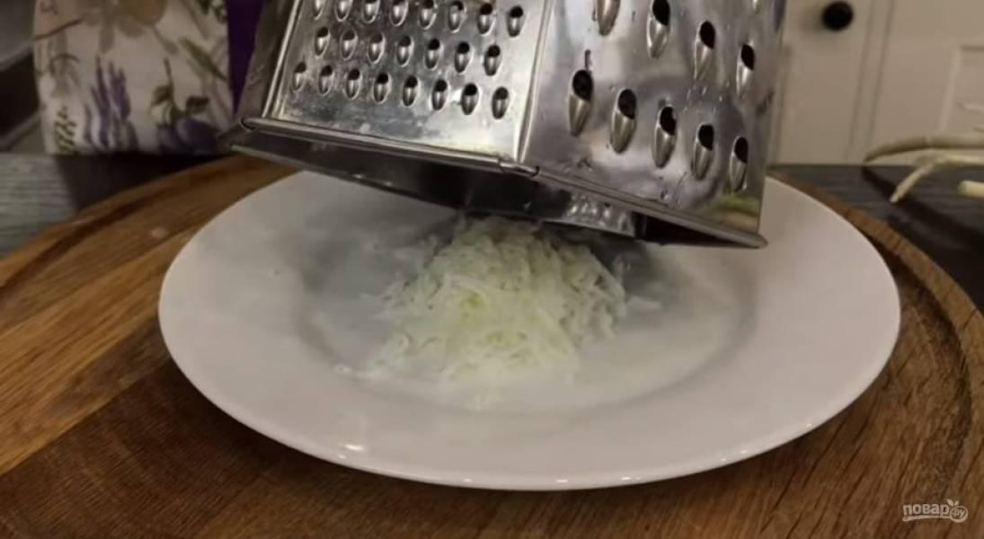2.  Отварные яйца разделите на белок и желток и также натрите на мелкой терке, складывая белок и желток в разные тарелки. Соберите салат: на дно каждой креманки выложите немного майонеза.