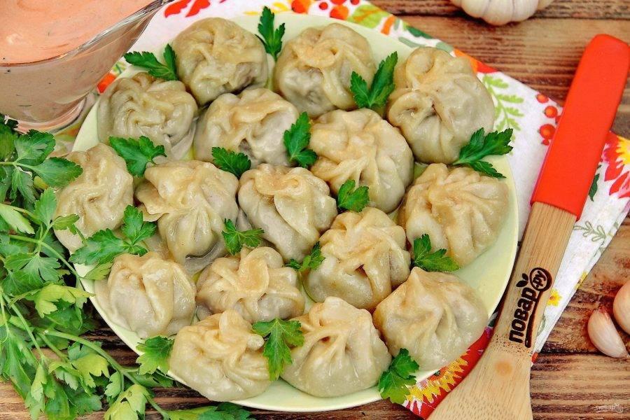 Начинка нежная и очень сочная, от таких тибетских пельмешек невозможно оторваться! Подавайте момо горячими с любым соусом на выбор. Приятного аппетита!