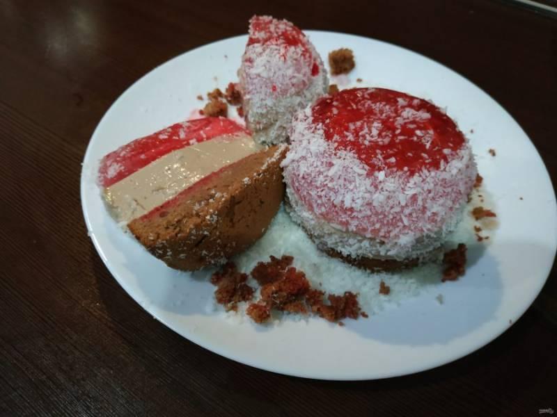 Когда десерт застынет, аккуратно достаньте пирожное из чашек, посыпьте кокосовой стружкой. Наслаждайтесь, десерт готов!