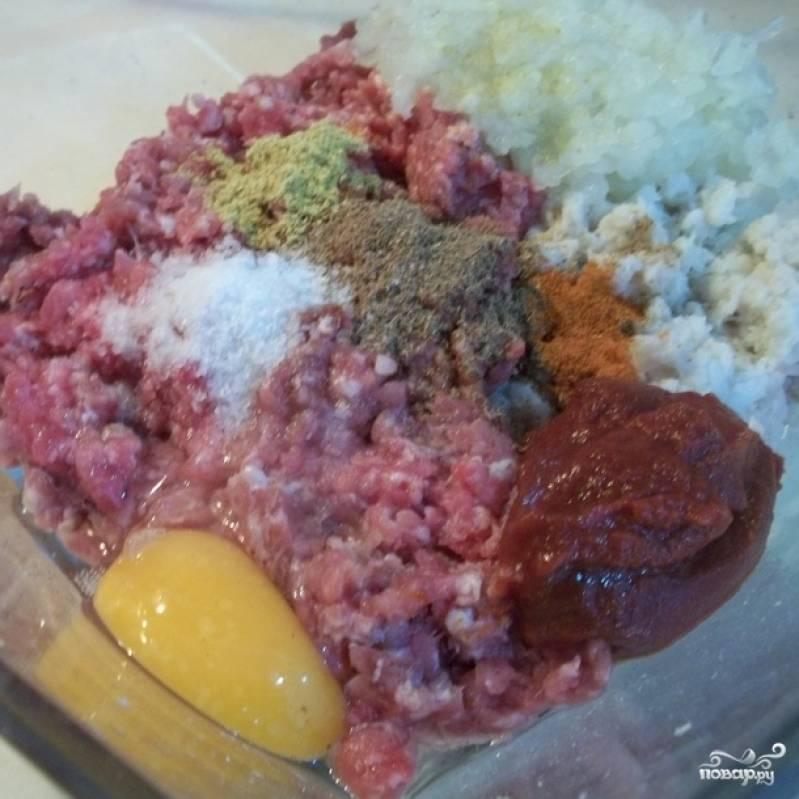 Смешайте фарш, яйцо, специи, томатную пасту, размоченную мякоть и измельченный лук (лук можно пропустить через мясорубку, можно просто мелко нарезать).
