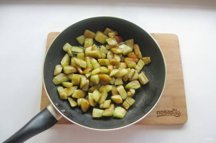 Обжарьте в небольшом количестве подсолнечного масла. Можно добавить немного воды, чтобы баклажан скорее тушился, чем жарился. Так будет меньше жира.