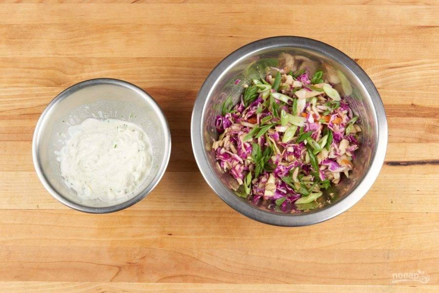 3. Теперь сделайте соус. Сметану перемешайте с половиной сока, солью, перцем и цедрой. Также сделайте салат. Капусту тонко нашинкуйте и перемешайте с половиной лука, соком, солью, перцем и чили соусом.