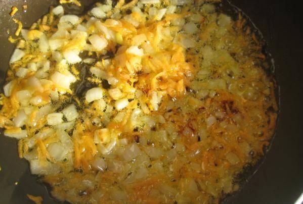 3. Оставшуюся луковицу мелко режем, обжарим вместе с измельченной морковкой. Выкладываем в кастрюлю вместе с остатками масла. Варим на маленьком огне еще 20 минут.