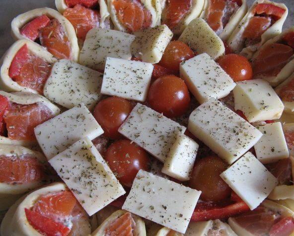 4. Нарезаем помидоры черри на половинки и укладываем их разрезом к поверхности теста. Сверху выкладываем сыр и приправляем по вкусу.  Я обычно использую смеси трав для рыбы. Вот и все, отправляем в разогретую духовку на 20-30 минут.