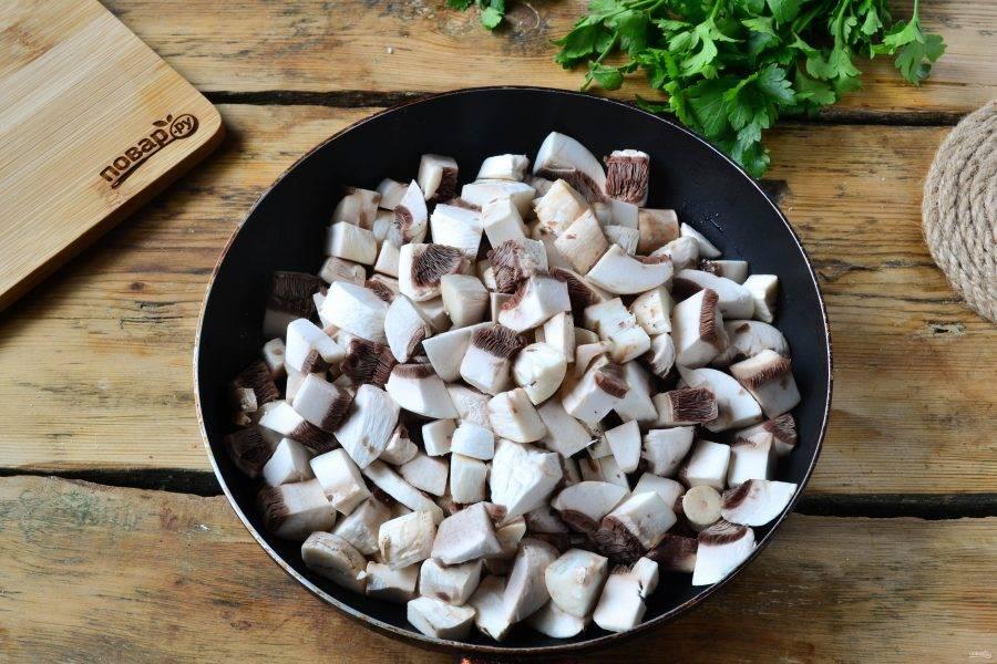Грибы обжарьте в растительном масле до готовности, слегка присолите.