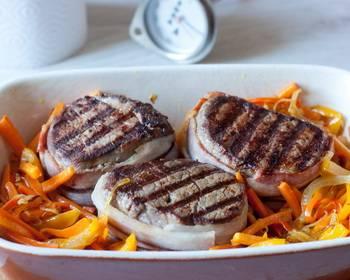 Перекладываем миньоны в форму для запекания. По бокам выкладываем овощи. Смазываем мясо оливковым маслом, солим и перчим по вкусу. Запекаем 20 минут, температура 180 градусов.