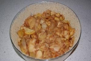 Карамелизованные яблоки охладить и выложить в смазанную форму.