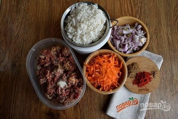 Подготовьте необходимые продукты. Рис промойте несколько раз до прозрачной воды. Лук, морковь очистите, измельчите.