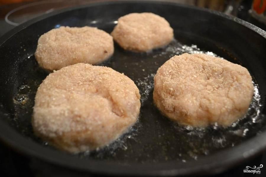 Жарим на сковороде в подсолнечном масле с обеих сторон до готовности (минут 10-15). Готовые котлеты подаем горячими. Приятного аппетита)