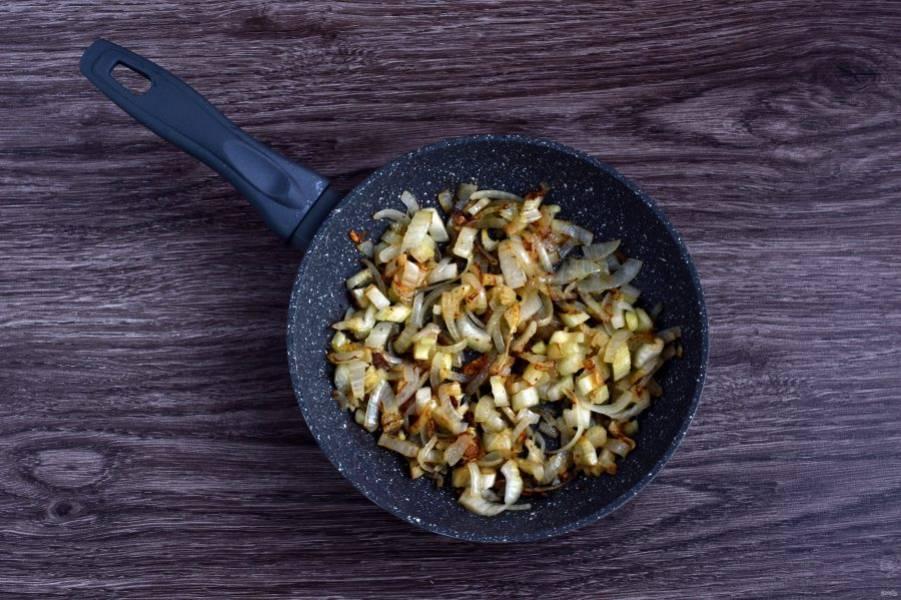 Начните приготовление супа с обжарки лука и овощей. Разогрейте, но не раскаляйте масло в сковороде. Выложите порубленный крупно чеснок и нарезанный полукольцами лук и подрумяньте его немного. Добавьте стебель сельдерея, нарезанный тонкими ломтиками. Слегка обжарьте.