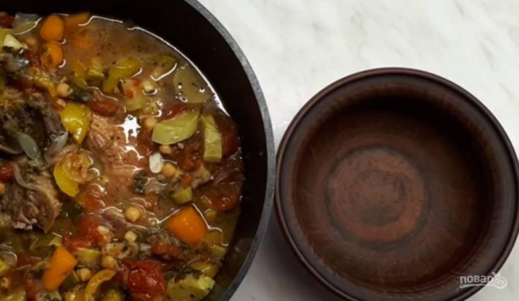 4. Добавьте куриный бульон, зелень и накройте кастрюлю фольгой. Выпекайте в разогретой до 180 градусов духовке в течение 3 часов. Приятного аппетита!