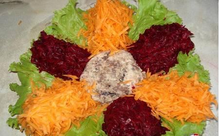 2. Равномерно распределяем и раскладываем также горошек, тертую морковь, горошек и зелень (я брала зеленый лук). По центру - измельченную сардину без костей. Сверху чуть солим и поливаем сметаной.
