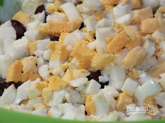 Очистим яйца от скорлупы и нарежем их кубиками.