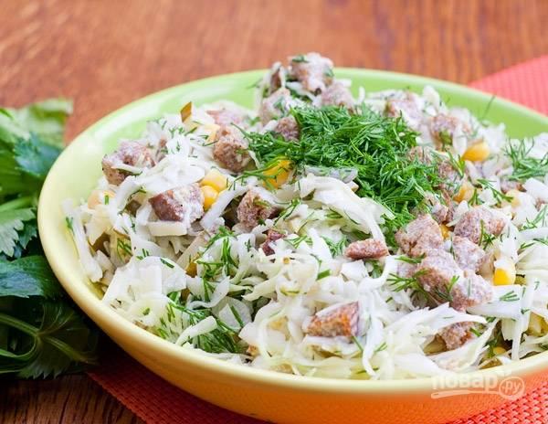 Заправьте салат майонезом. Перемешайте. Добавьте укроп. Приятного аппетита!